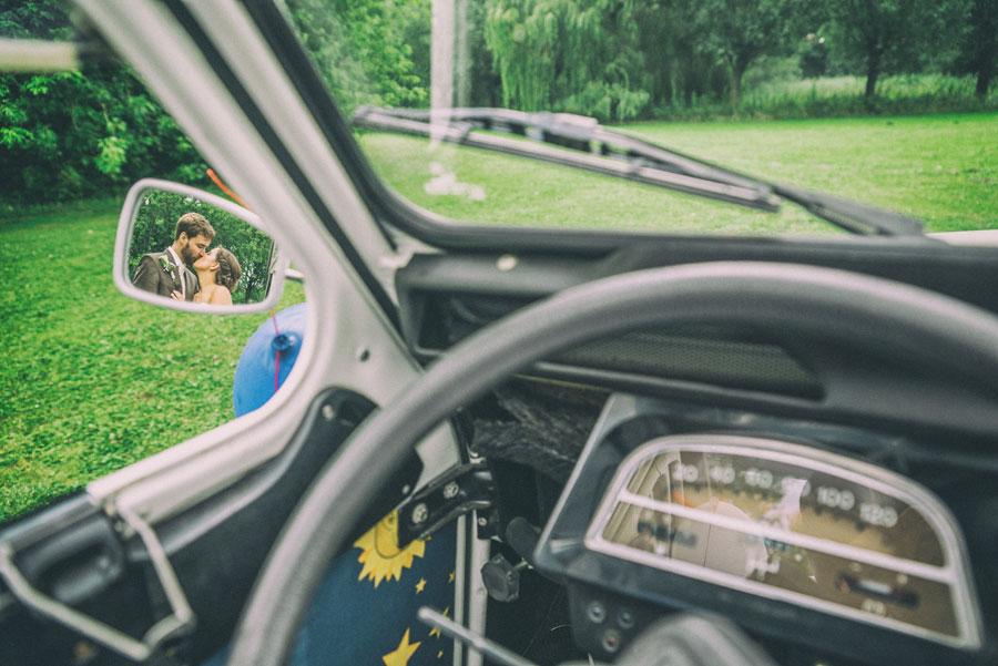 Pärchen auf Hochzeit im Autospiegel
