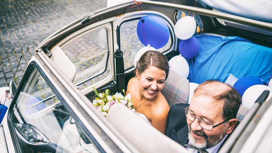 Braut mit ihrem Vater im Auto