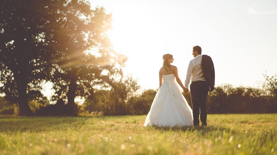 Brautpaar au einer Wiese