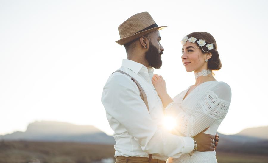 Hochzeitspaar umarmt in der Sonne