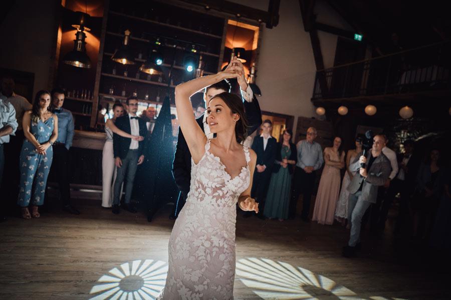 Braut beim Hochzeitstanz