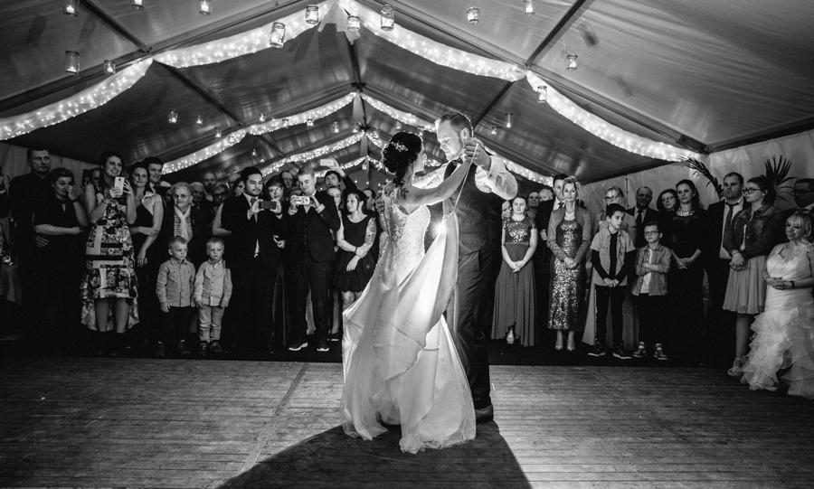 Hochzeitstanz im Zelt