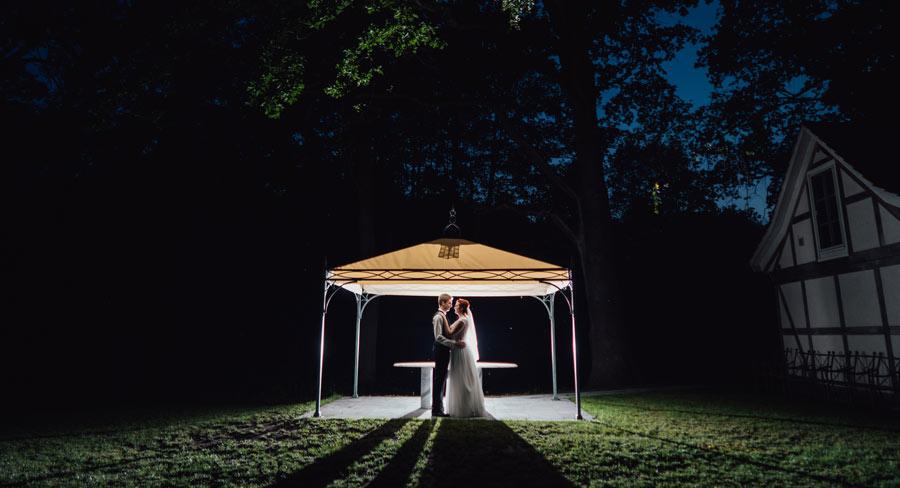 Hochzeitspaar unter Pavillon
