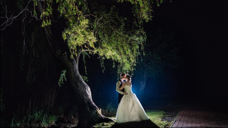 Brautpaar auf Hochzeit unter Baum