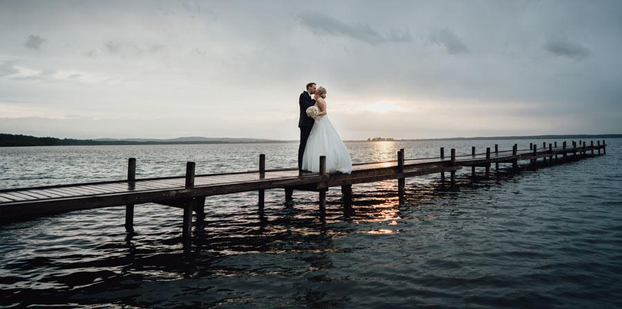 Brautpaar auf Steg