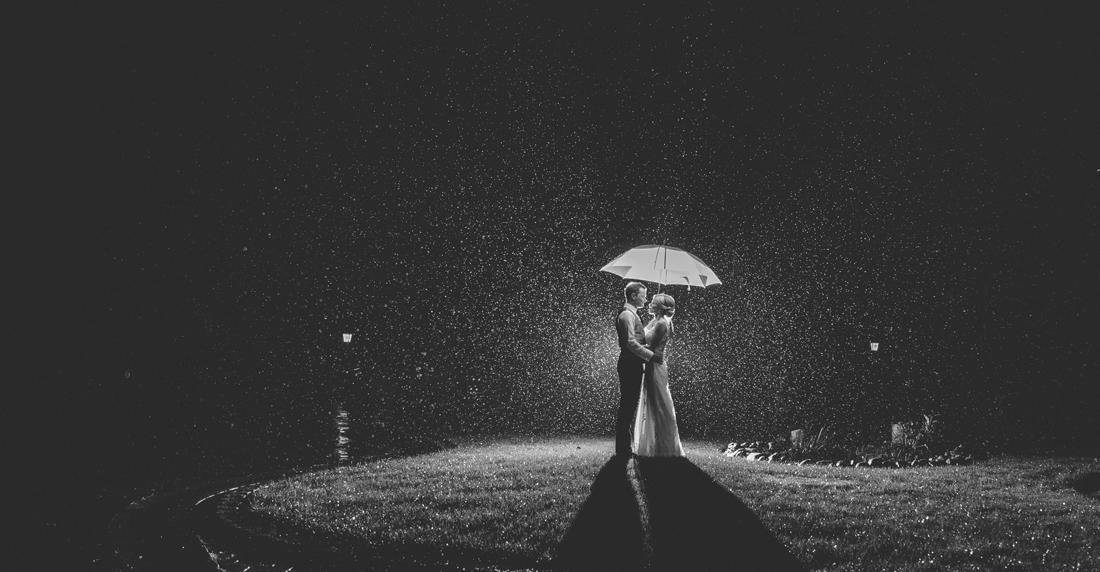 Brautpaar im Regen