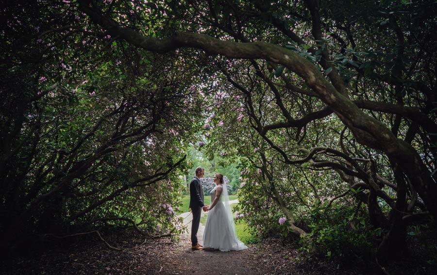 Brautpaar in einem dunklen Gang