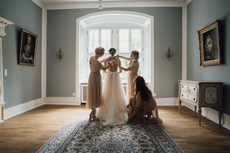 Die Braut bei der Vorbereitung