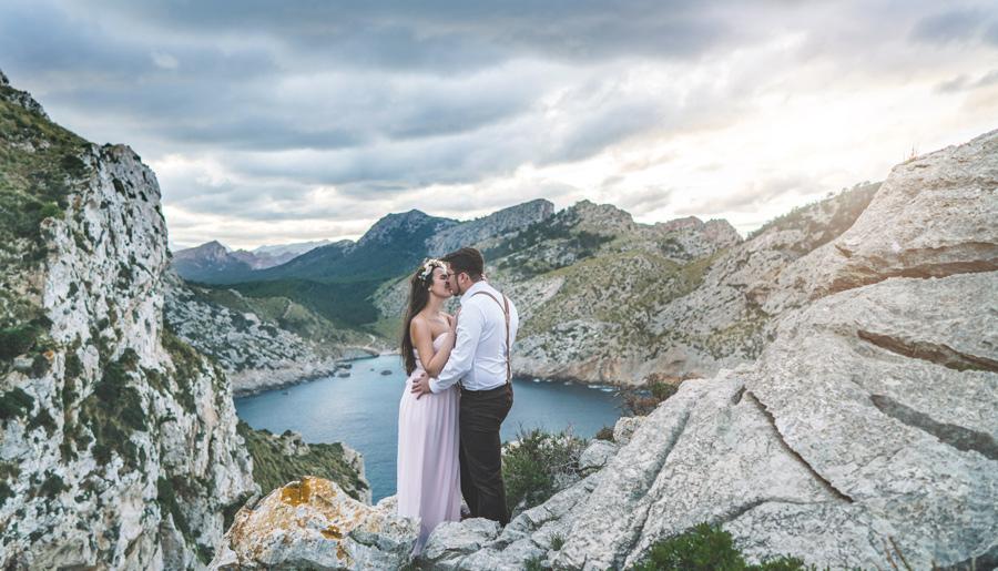 Hochzeitspaar auf einem Berg