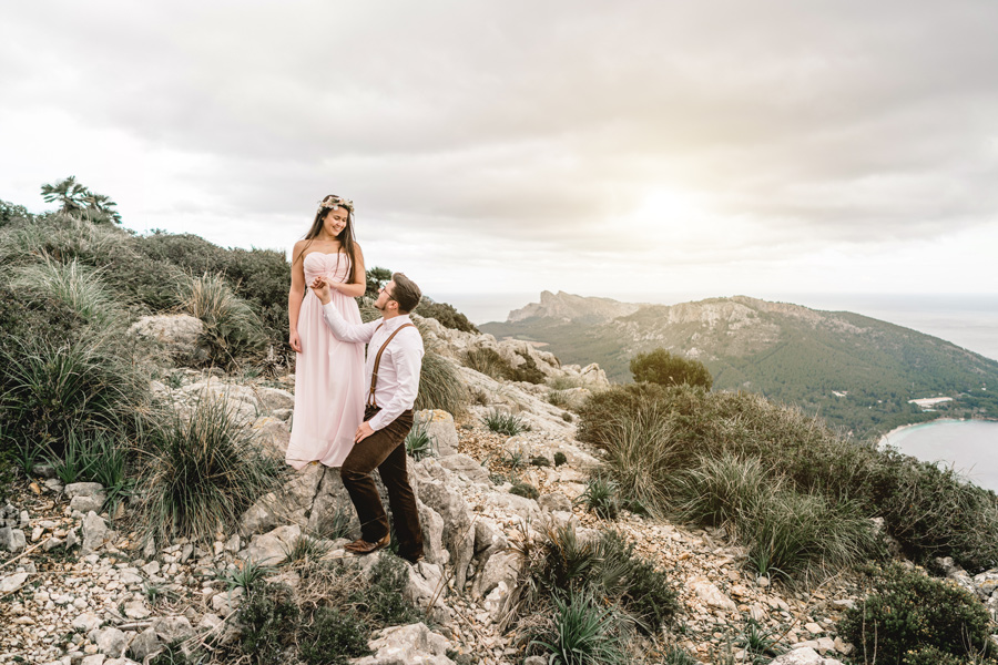 Brautpaar au einem Berg auf Mallorca