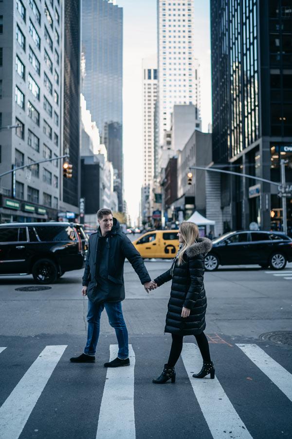 Hochzeitspaar auf Zebrastreifen in New York