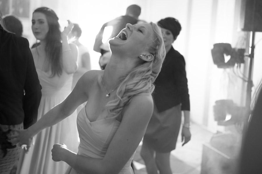 Gast auf Hochzeit beim Tanzen