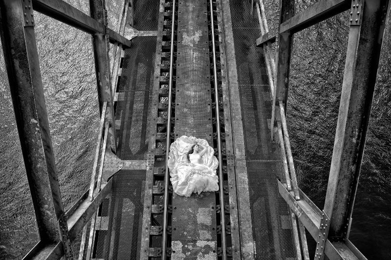 Braut auf Brücke