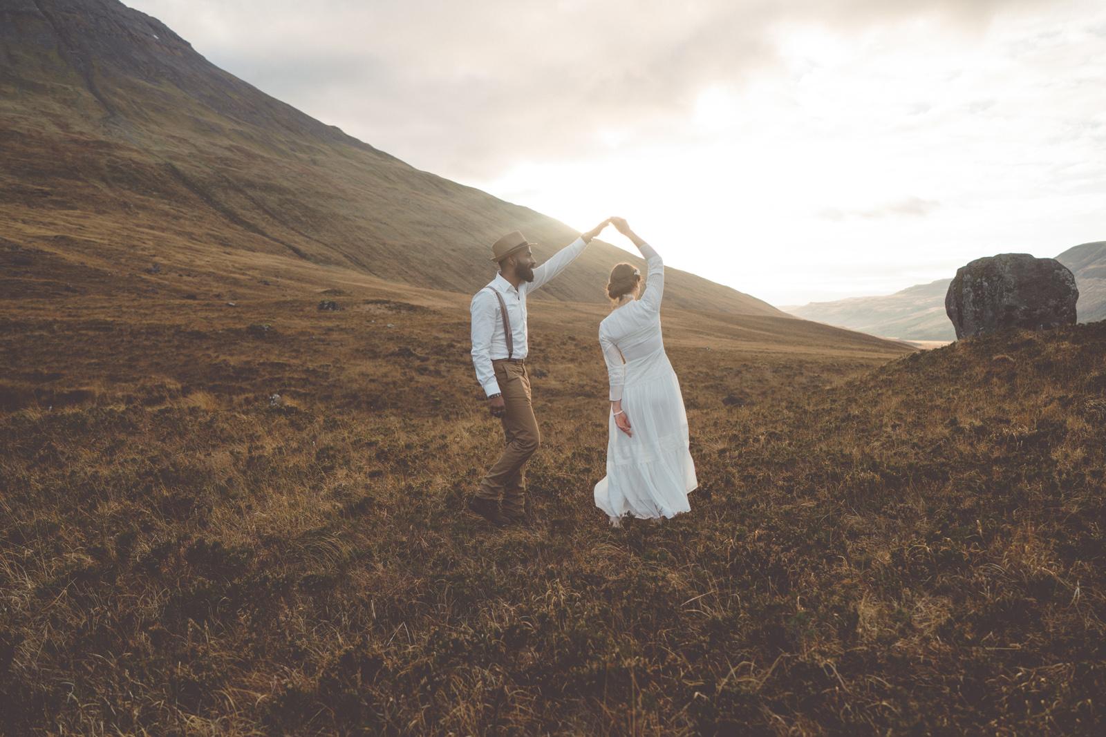 Brautpaar tanzt in der Natur