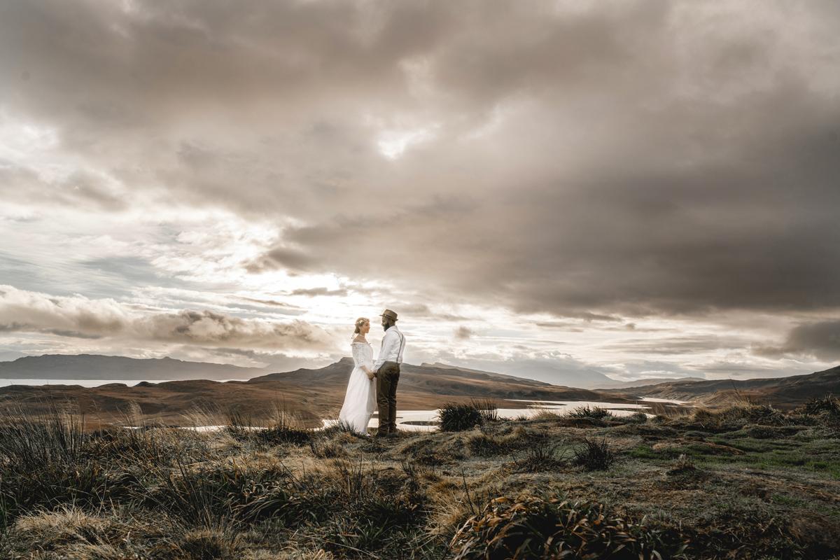 Brautpaar umarmt in Schottland