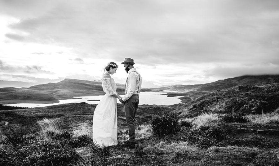 Brautpaar nachdenklich in Schottland