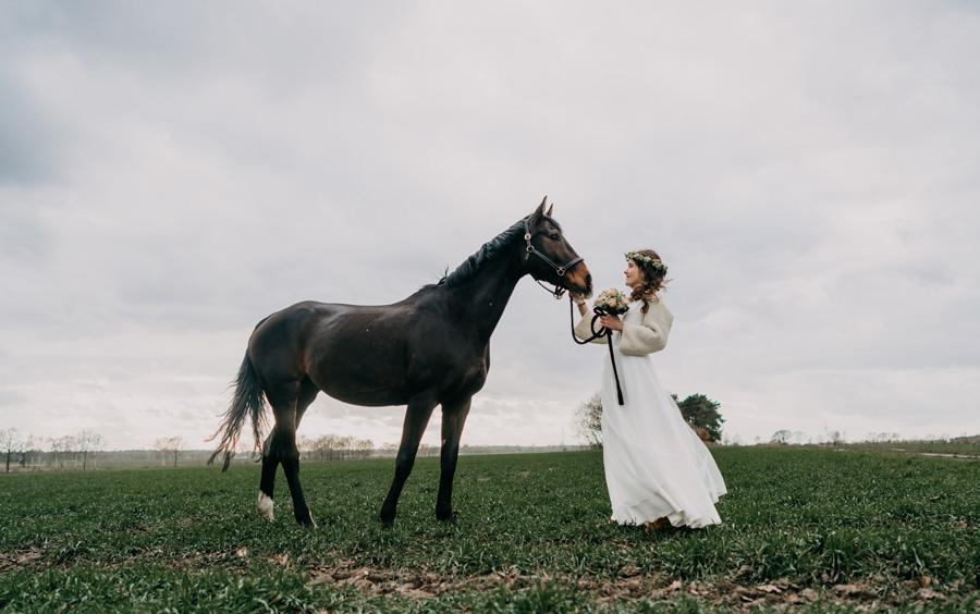 Die Braut mit Pferd