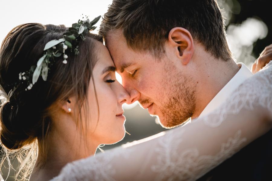 Hochzeitspaar mit der Stirn aneinander