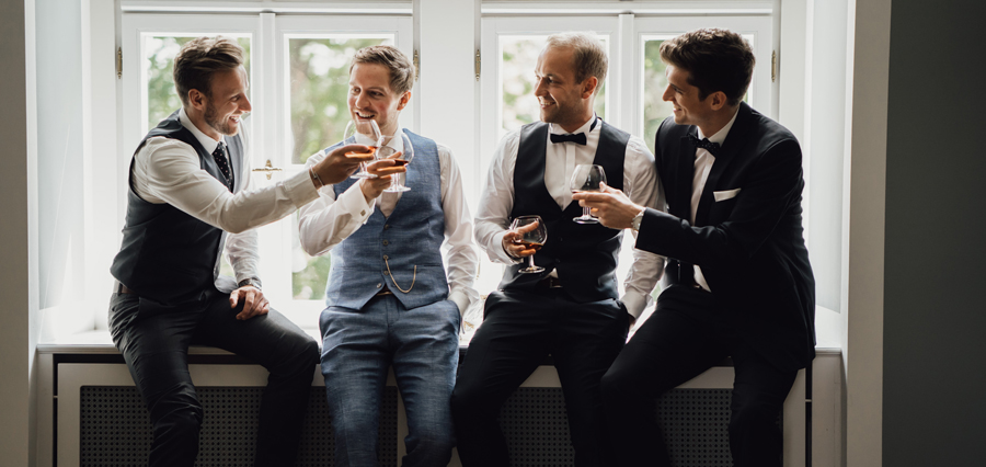 Männer auf der Hochzeit trinken Whiskey