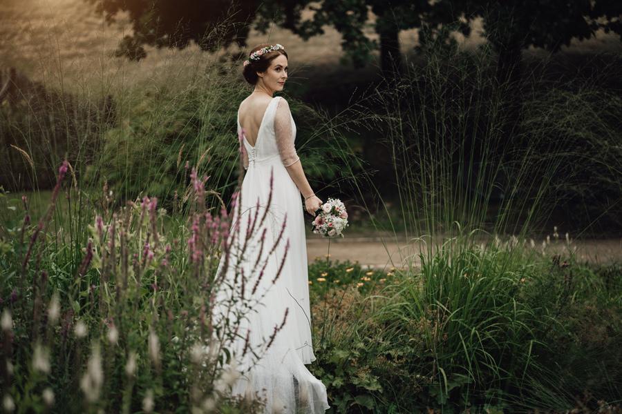 Braut zwischen bunten Blumen